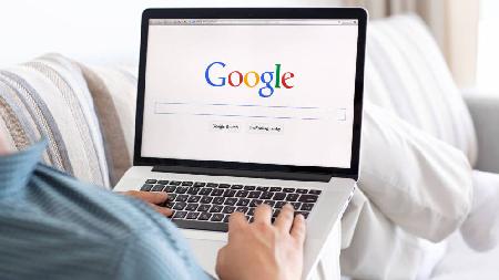 Búsqueda en Google con laptop